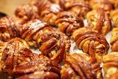 Chiuda su dei panini o delle torte al forno Fotografia Stock