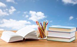 Chiuda su dei pastelli o matite e libri di colore Fotografie Stock Libere da Diritti