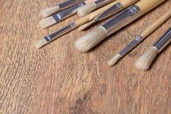 Chiuda su dei pennelli sulla tavola di legno Fotografia Stock Libera da Diritti