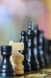 Chiuda su dei pezzi degli scacchi con il concetto razziale Fotografia Stock Libera da Diritti