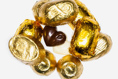 Chiuda su dei pezzi del cioccolato coperti di di alluminio dorato, Immagini Stock Libere da Diritti