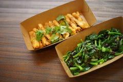 Chiuda su dei piatti cinesi in piatti di carta Fotografia Stock