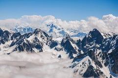 Chiuda su dei picchi nevosi, vista da Aiguille du Midi in alpi francesi Immagini Stock Libere da Diritti