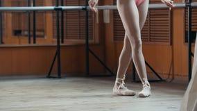Chiuda su dei piedi del ` una s del ballerino di balletto - indichi gli esercizi Fotografia Stock