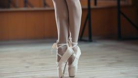 Chiuda su dei piedi del ` una s del ballerino di balletto - indichi gli esercizi Fotografia Stock Libera da Diritti