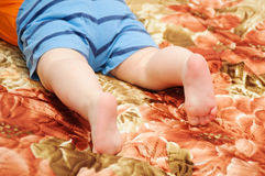 Chiuda su dei piedi di un bambino Fotografia Stock Libera da Diritti