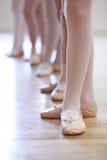 Chiuda su dei piedi nella classe di dancing del balletto dei bambini Fotografie Stock Libere da Diritti