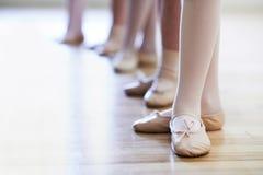Chiuda su dei piedi nella classe di dancing del balletto dei bambini Fotografia Stock