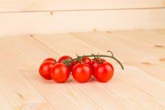 Chiuda su dei pomodori freschi sulla tavola di legno Immagini Stock Libere da Diritti