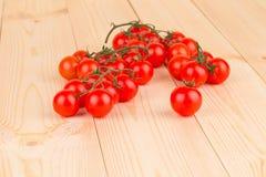 Chiuda su dei pomodori freschi sulla tavola di legno Fotografia Stock Libera da Diritti