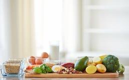 Chiuda su dei prodotti alimentari differenti sulla tavola Fotografia Stock
