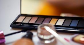Chiuda su dei prodotti di bellezza per trucco professionale Immagine Stock