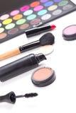 Chiuda su dei prodotti di bellezza variopinti isolati su bianco Immagine Stock