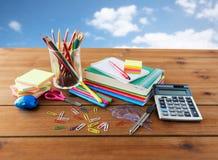 Chiuda su dei rifornimenti di scuola o della cancelleria sulla tavola Fotografie Stock Libere da Diritti