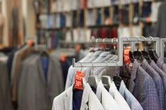 Chiuda su dei rivestimenti eleganti colourful in negozio fotografia stock libera da diritti