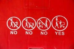 Chiuda su dei simboli sul carrello rosso Immagini Stock Libere da Diritti