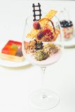 Chiuda su dei tartufi di cioccolato in vetri eleganti Fotografie Stock Libere da Diritti