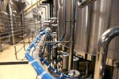 Chiuda su dei tubi e bollitori fare alla fabbrica della barbabietola Fotografie Stock Libere da Diritti