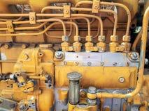 Chiuda su dei tubi sporchi e pompa idraulica industriale a macchina resistente dei collegamenti di vecchia Fotografie Stock