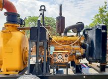 Chiuda su dei tubi sporchi e pompa idraulica industriale a macchina resistente dei collegamenti di vecchia con l'orologio di pres Immagine Stock