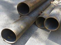 Chiuda su dei vecchi tubi arrugginiti Fotografia Stock