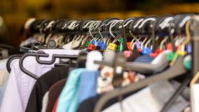 Chiuda su dei vestiti che appendono su una ferrovia con i cubi britannici di dimensione Fotografie Stock