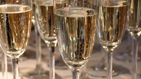 Chiuda su dei vetri del champagne archivi video