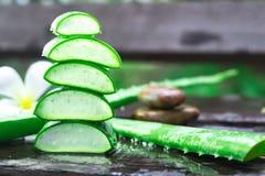 Chiuda su del aloevera su fondo di legno bagnato Fotografia Stock