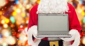 Chiuda su del Babbo Natale con il computer portatile Immagini Stock Libere da Diritti