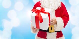 Chiuda su del Babbo Natale con il contenitore di regalo Fotografie Stock Libere da Diritti