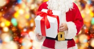 Chiuda su del Babbo Natale con il contenitore di regalo Fotografia Stock