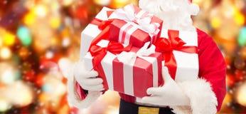 Chiuda su del Babbo Natale con il contenitore di regalo Immagine Stock Libera da Diritti