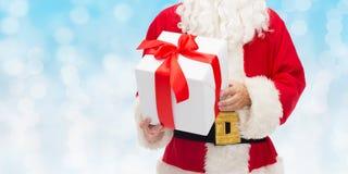Chiuda su del Babbo Natale con il contenitore di regalo Immagine Stock