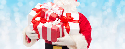 Chiuda su del Babbo Natale con il contenitore di regalo Fotografia Stock Libera da Diritti