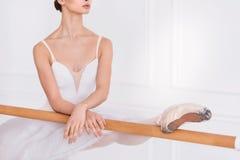 Chiuda su del ballerino di balletto mentre allungano Fotografie Stock