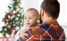 Chiuda su del bambino felice con il padre a natale Immagini Stock Libere da Diritti