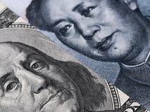 Chiuda su del banknot della fattura di dollaro americano (Ben Franklin) e di yuan della Cina Fotografia Stock