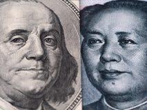 Chiuda su del banknot della fattura di dollaro americano (Ben Franklin) e di yuan della Cina Immagine Stock