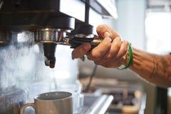 Chiuda su del barista maschio Using Coffee Machine in caffè fotografia stock libera da diritti