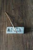 Chiuda su del bastone bruciante di incenso su fondo di legno Fotografia Stock Libera da Diritti