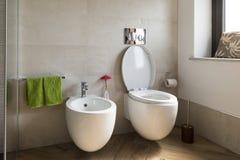 Chiuda su del bidet e del wc nel bagno fotografia stock