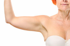 Chiuda su del braccio della donna più anziana con capelli rossi fotografia stock