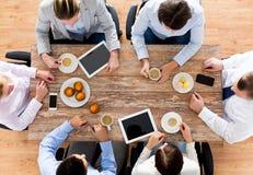 Chiuda su del caffè bevente del gruppo di affari su pranzo Fotografie Stock Libere da Diritti