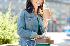 Chiuda su del caffè bevente della donna sulla via della città Immagini Stock