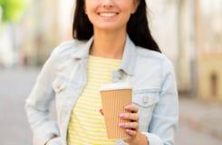 Chiuda su del caffè bevente della giovane donna felice Immagine Stock Libera da Diritti