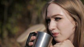 Chiuda su del caffè bevente della ragazza archivi video