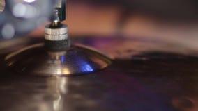 Chiuda su del cappello del piatto del tamburo ciao e di un batterista che gioca sui tamburi stock footage