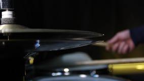 Chiuda su del cappello del piatto del tamburo ciao e di un batterista che gioca sui tamburi colpo del cursore video d archivio
