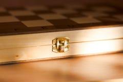 Chiuda su del catenaccio di un petto di legno immagine stock