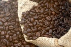 Chiuda su del chicco di caffè nero in tela da imballaggio Fotografie Stock Libere da Diritti